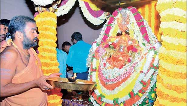 அம்மனுக்கு பூசாரி தீபாராதனை செய்ததை படத்தில் காணலாம்.