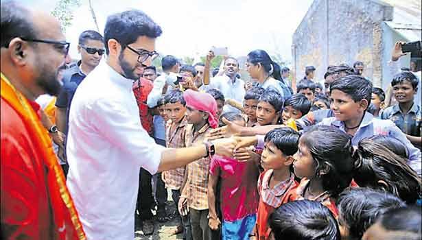 சிவசேனா இளைஞரணி தலைவர் ஆதித்ய தாக்கரே மாணவர்களுடன் உரையாடிய போது எடுத்தபடம்.