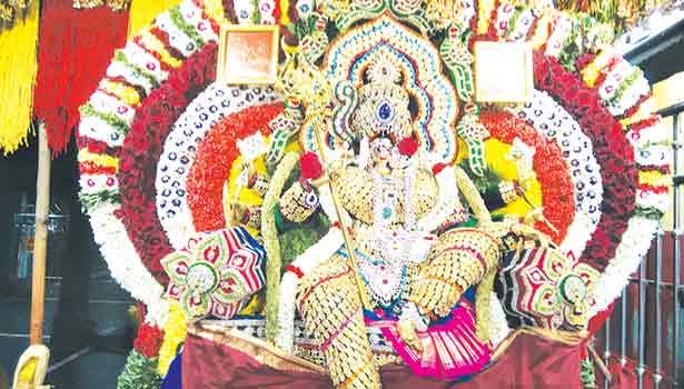 அங்காளம்மன் துர்காபரமேஸ்வரி அலங்காரத்தில் பக்தர்களுக்கு காட்சியளித்தார்.