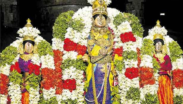 சிறப்பு அலங்காரத்தில் ஸ்ரீதேவி, பூதேவியருடன் சுந்தரராஜப்பெருமாள்.