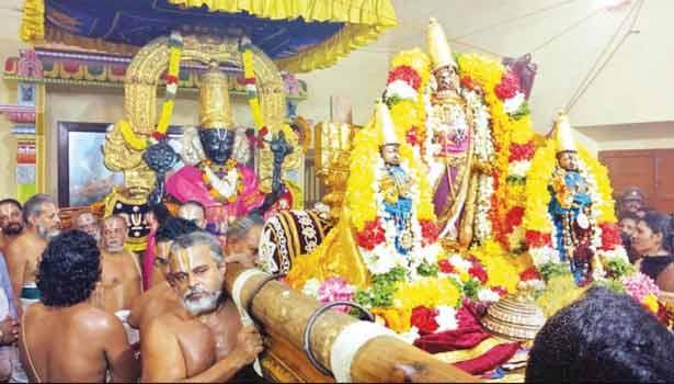 காஞ்சீபுரம் அத்திவரதரை வரதராஜ பெருமாள் உற்சவர் ஸ்ரீதேவி பூதேவியுடன் எழுந்தருளி, அத்திவரதருக்கு காட்சி