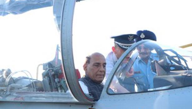 எப்-15 போர் விமானத்தை ஆய்வு செய்த ராஜ்நாத் சிங்