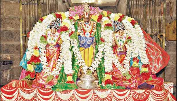 சிறப்பு அலங்காரத்தில் சீதேவி-பூதேவியருடன் அகோபில வரதராஜ பெருமாள்.