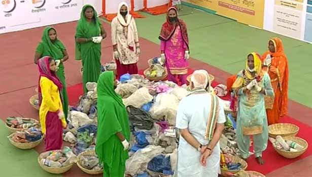 பிளாஸ்டிக் சேகரிப்பு பெண்களிடம் உரையாற்றும் பிரதமர் மோடி