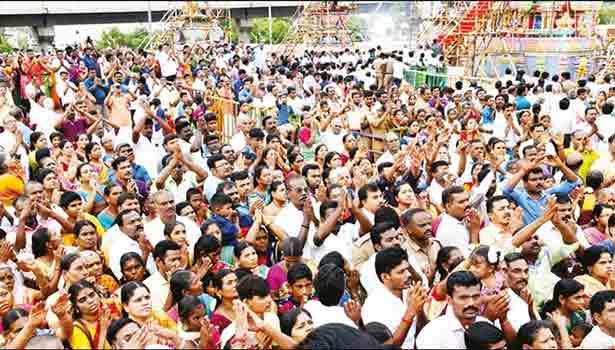 கும்பாபிஷேகத்தில் கலந்து கொண்ட பக்தர்களின் கூட்டத்தின் ஒரு பகுதியை படத்தில் காணலாம்.