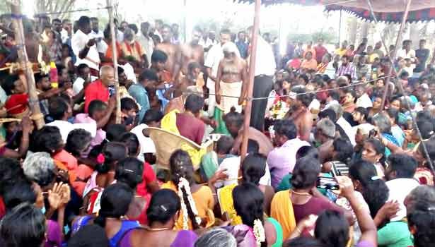 சாமியார் ஜீவசமாதி ஆவதை காண திரண்ட மக்கள்