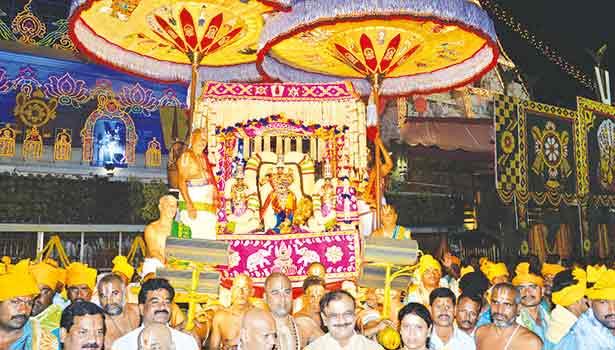 ஏழுமலையான் வேணுகோபால் அலங்காரத்தில் உபய நாச்சியார்களுடன் உலா வந்து காட்சி