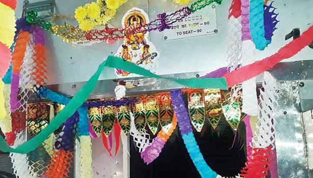 ரெயில் பெட்டிக்குள் வண்ண பேப்பர்களால் அலங்காரம்