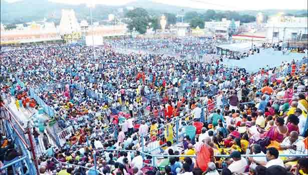 கருட சேவையை பார்ப்பதற்காக திரண்டிருந்த பக்தர்கள் கூட்டம்.