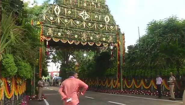சென்னை விமான நிலைய வாயிலில் வரவேற்பு ஏற்பாடு