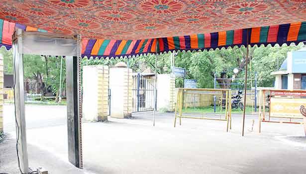 அரசு என்ஜினீயரிங் கல்லூரி நுழைவு வாயிலில் மெட்டல் டிடெக்டர் வாயில் அமைக்கப்பட்டுள்ள காட்சி.