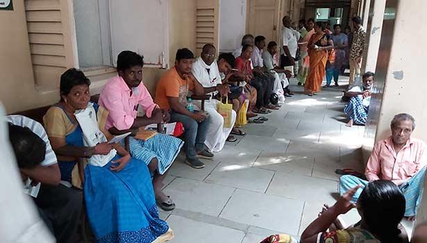 அரசு பொது மருத்துவமனையில் காத்திருந்த பொதுமக்கள்