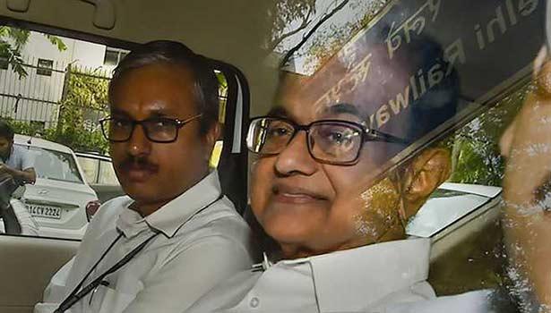 விசாரணை அதிகாரிகளுடன் ப.சிதம்பரம்