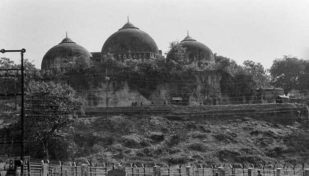 அயோத்தியில் வேலி இடப்பட்டுள்ள சர்ச்சைக்குரிய நிலம்