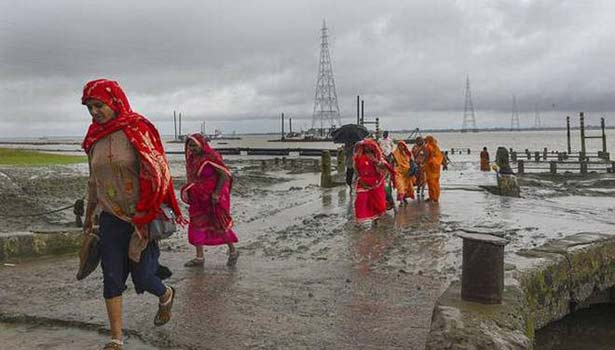 மேற்கு வங்காளத்தில் வீடுகளை விட்டு வெளியேறிய பெண்கள்