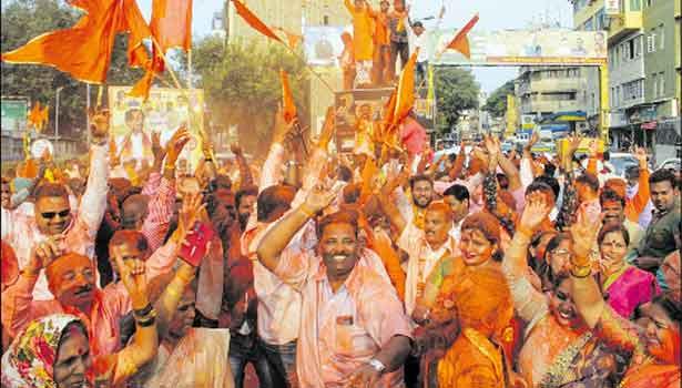 சிவசேனா கட்சி தொண்டர்கள் கட்சி கொடிகளை கையில் ஏந்தி, காவி பொடியை தூவி ஆட்டம் போட்ட காட்சி.