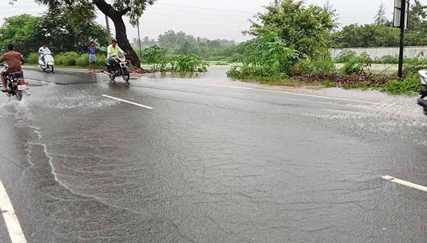 கோவை மேட்டுப்பாளையம் தேசிய நெடுஞ்சாலையில் நீர் பெருக்கெடுத்து ஓடியது