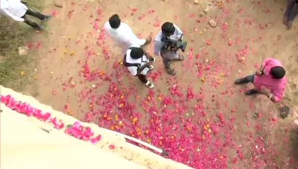 போலீசார் மீது ரோஜா இதழ்களை தூவிய காட்சி