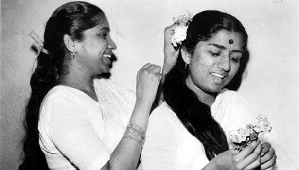 இளம்வயது பாடகிகளாக ஆஷா போஸ்லே - லதா மங்கேஷ்கர்