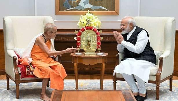 பிரதமர் மோடியுடன் பெஜாவர் மடாதிபதி விஷ்வேஷ தீர்த்தர்