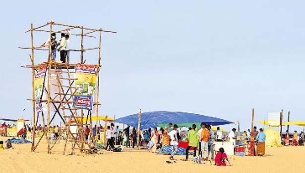 மெரினா கடற்கரையில் பொதுமக்களின் கூட்டத்தை கண்காணிக்க அமைக்கப்பட்டுள்ள கண்காணிப்பு கோபுரம்