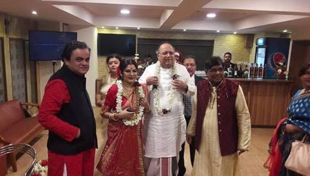 மனைவியுடன் திபாங்கர் டே