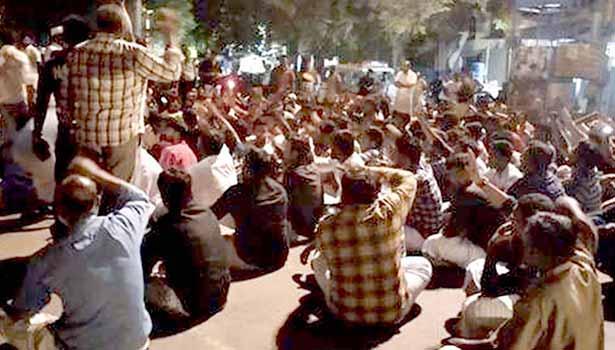 ராமநாதபுரம் புதிய பஸ் நிலையம் அருகே நள்ளிரவில் முஸ்லிம்கள் சாலை மறியலில் ஈடுபட்டனர்.