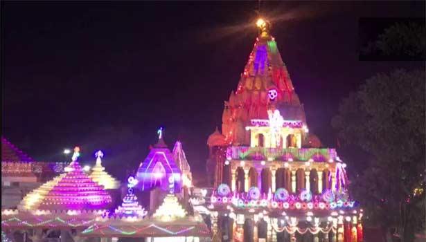 மின் விளக்கு அலங்காரத்தில் ஜொலிக்கும் மகா காளேஸ்வரர் கோவில்