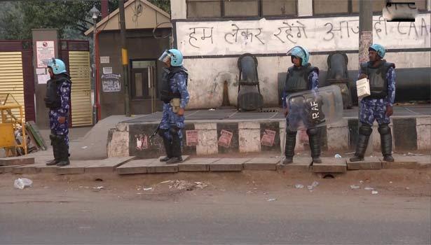கலவர பகுதியில் பாதுகாப்பு பணியில் ஈடுபட்டுள்ள வீரர்கள்