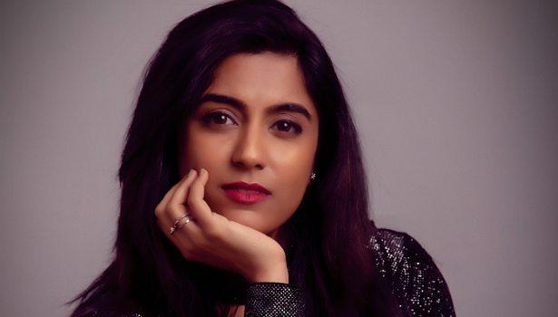 பாடகி தர்ஷனா