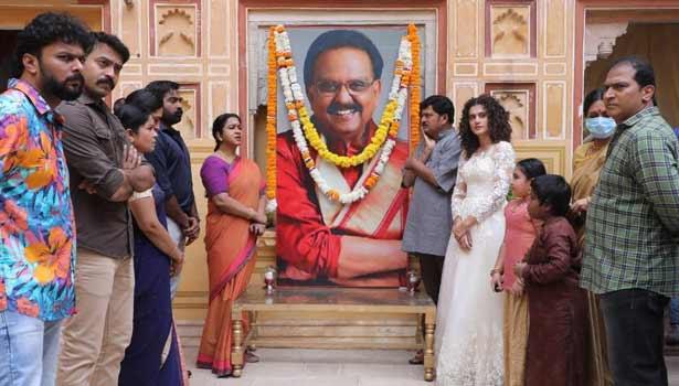 படக்குழுவினருடன் விஜய் சேதுபதி