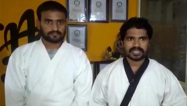 மாணவருடன் கராத்தே மாஸ்டர் பிரபாகர் ரெட்டி