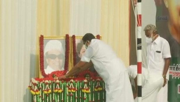 எம்ஜிஆர், ஜெயலலிதா படங்களுக்கு மலர் தூவி  மரியாதை செலுத்திய முதலமைச்சர்