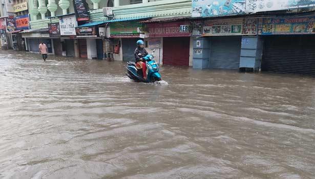 சென்னை பெரியமேட்டில் கடைகளை சூழ்ந்துள்ள மழை வெள்ளம்