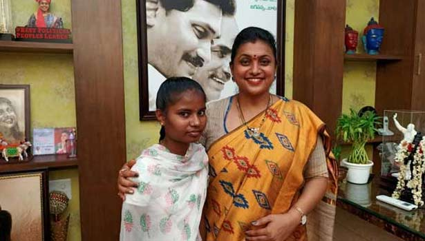 மாணவி புஷ்பகுமாரியுடன் ரோஜா