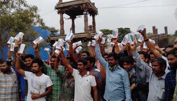 மொபைல் போன் பெற்ற உற்சாகத்தில் சினிமா தொழிலாளர்கள்