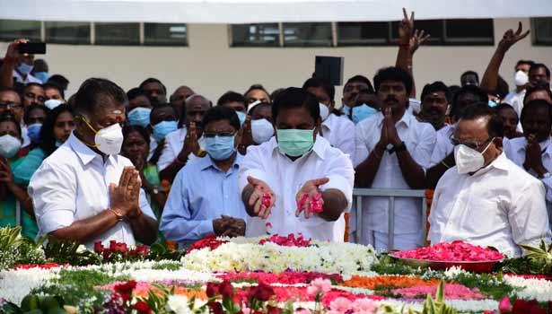 ஜெயலலிதா நினைவிடத்தில்  மலர் தூவி மரியாதை செலுத்திய முதலமைச்சர்