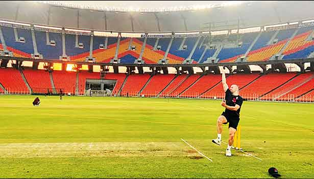 ஆமதாபாத் மைதானத்தில் இங்கிலாந்து சுழற்பந்து வீச்சாளர் ஜாக் லீச் பயிற்சியில் ஈடுபட்ட காட்சி.