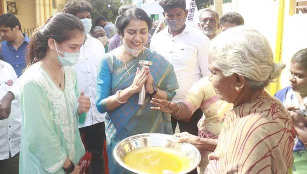 அக்ஷரா ஹாசன் - சுஹாசினி