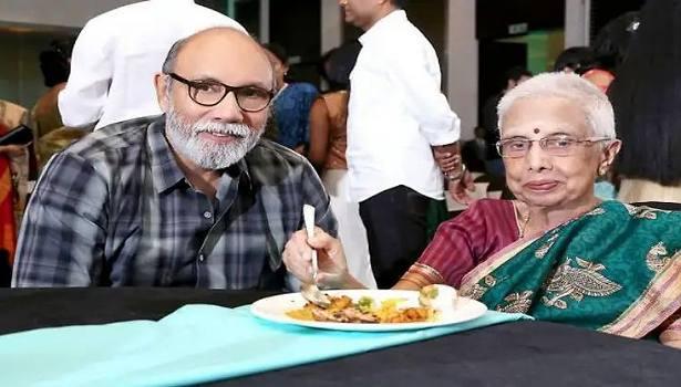 தாயுடன் சத்யராஜ்