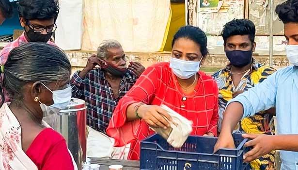 நடிகை ஷகிலா ஏழை மக்களுக்கு உணவு வழங்கிய போது எடுத்த புகைப்படம்
