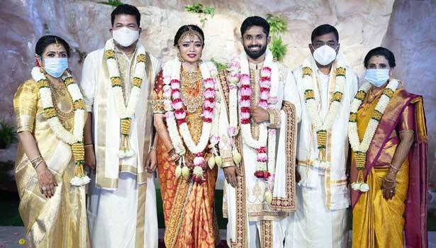 பெற்றோருடன் ஐஸ்வர்யா ஷங்கர் - ரோகித் தம்பதி