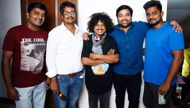 காசேதான் கடவுளடா ரீமேக் படக்குழுவினருடன் புகழ்