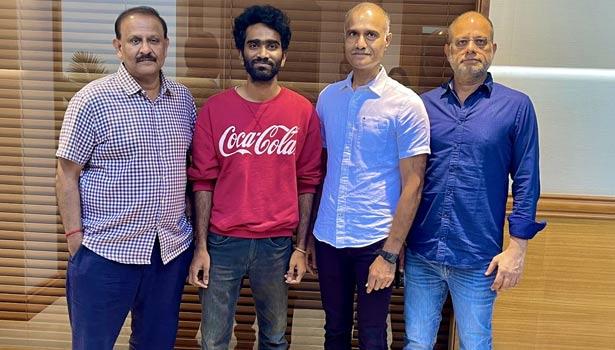 தயாரிப்பாளர்களுடன் இயக்குனர் பிரதீப் ரங்கநாதன்