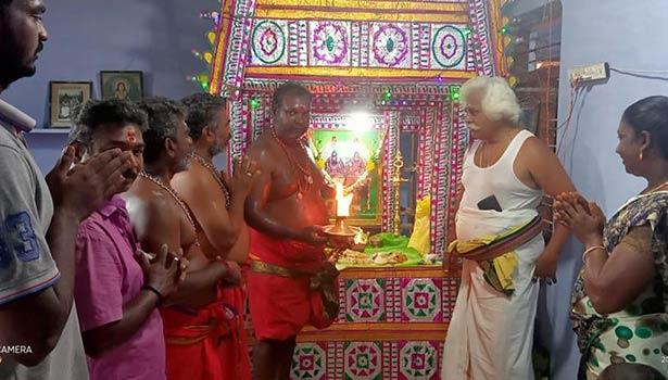 மாதவன்குறிச்சி தசரா குழுவினர் குடில் அமைத்து வழிபட்ட காட்சி.