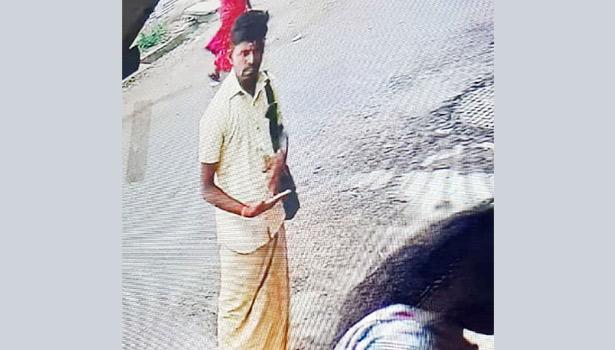 சிசிடிவி கேமராவில் பதிவான ஜோதிடர் உருவத்தை காணலாம்